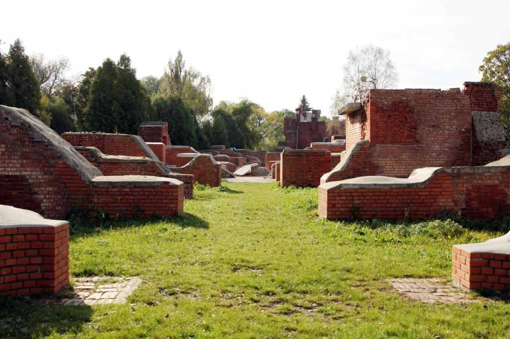 Руины между Юго-восточными казармами и Холмскими воротами